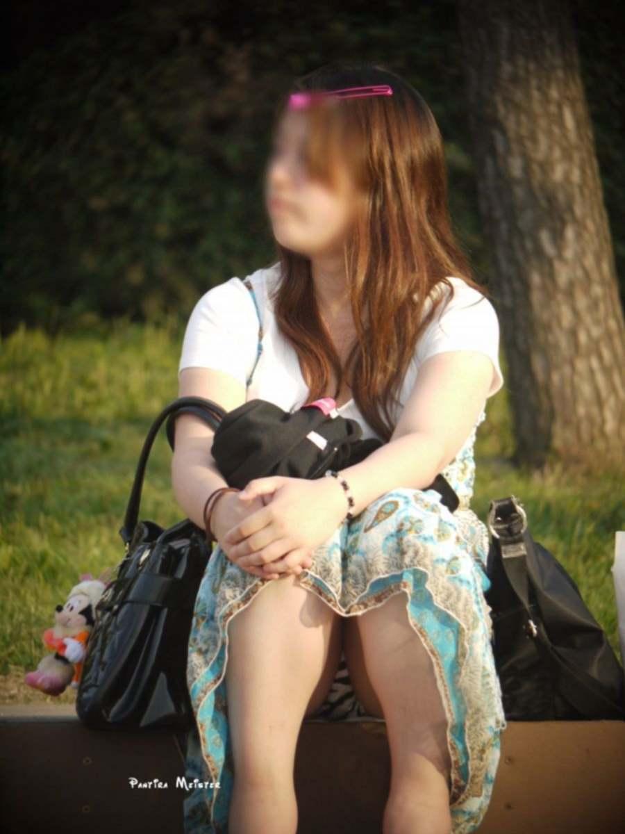 段差に座ってた女性の下着がモロ見え!