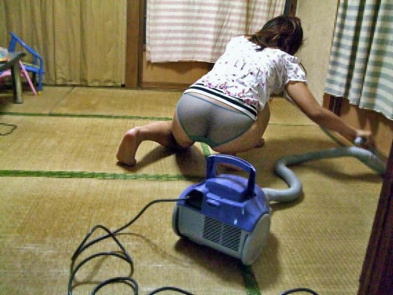 エロい衣装で掃除をしている!