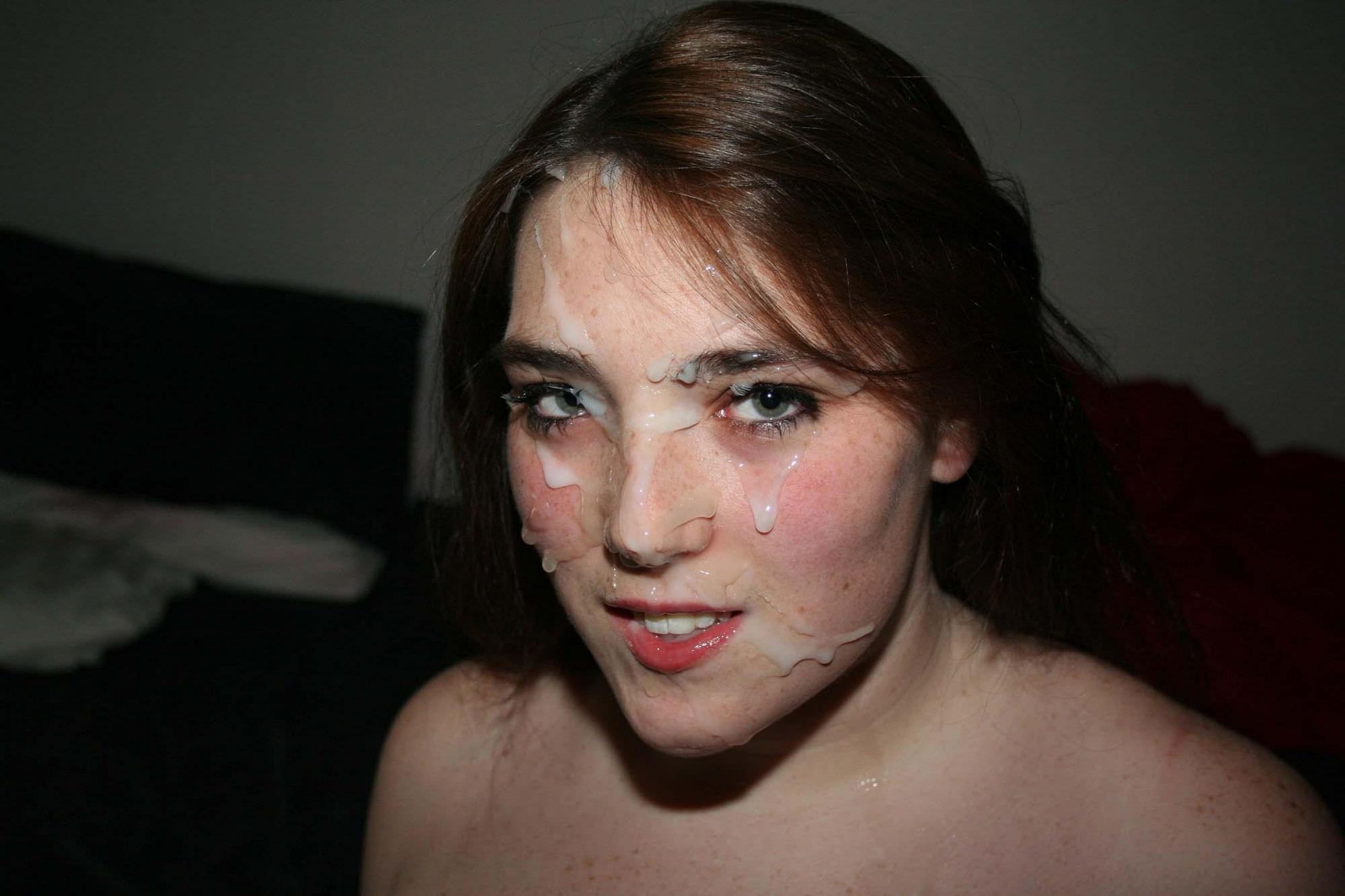 セクシーな美女が顔射を受け止める!
