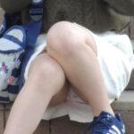 【パンチラ盗撮エロ画像】スカート履いて座ってる女性の正面に行ったら下着が見れて嬉し過ぎた!