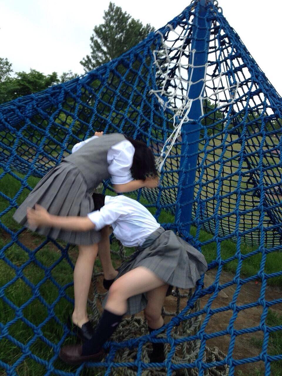 公園で悪ノリしてる二人の女子校生!