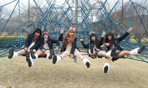 集団の女子校生が公園でおふざけしてる!