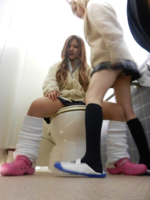 ギャルJKがトイレで悪ノリしようとする!