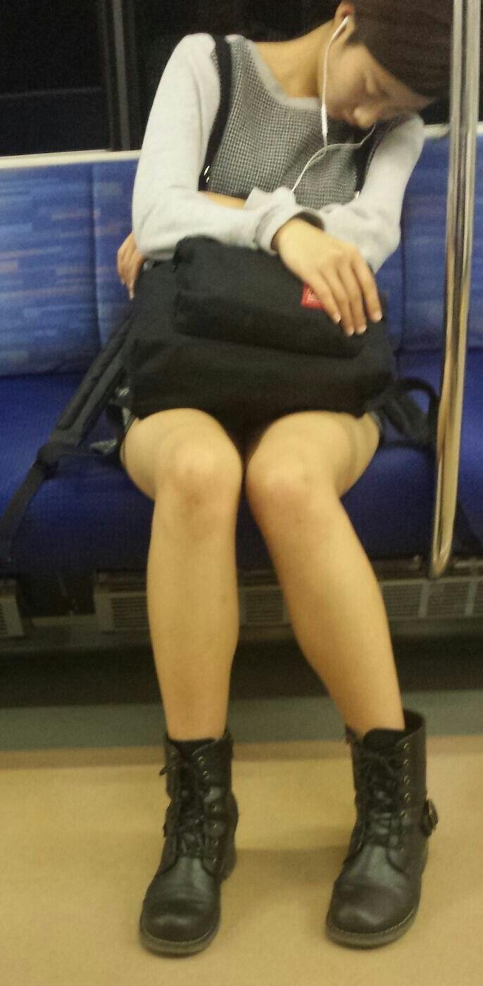 居眠りしてるお姉さんの美脚を凝視!