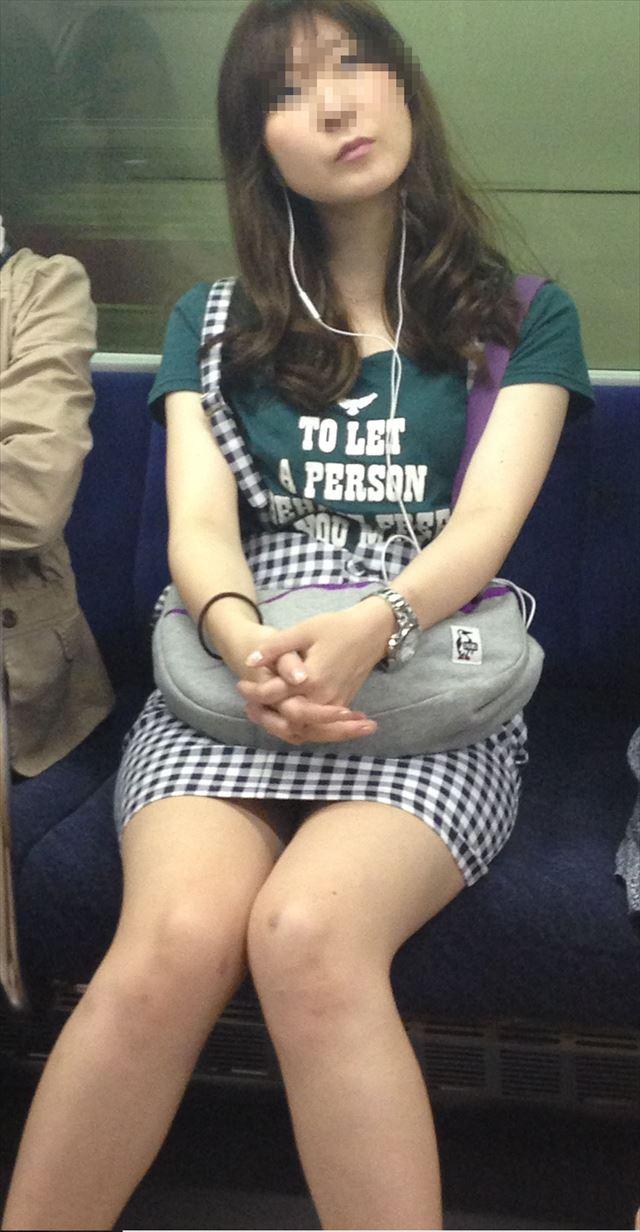 電車でついつい拝みたくなるミニスカ美脚!