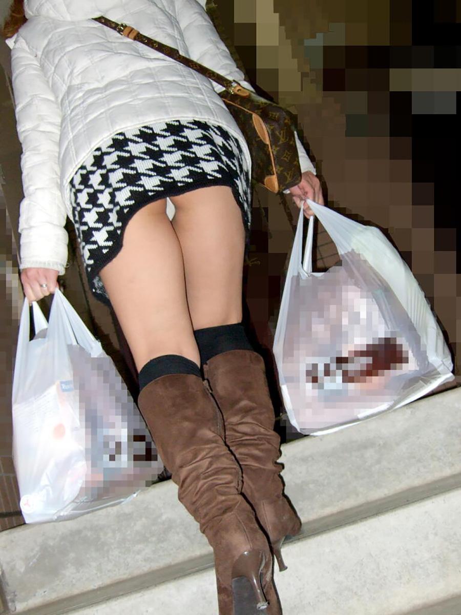 買い物帰りのミニスカ女性のパンチラ!