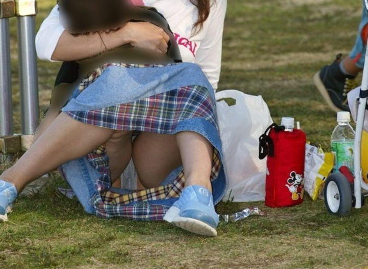芝生に座って下着が丸見えになる!