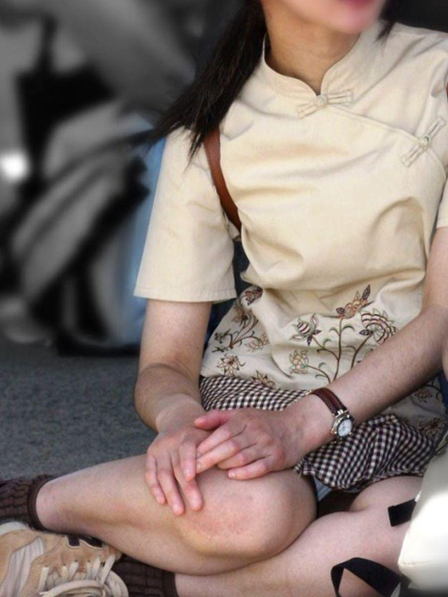 熟女のスカートから下着チラ見え!