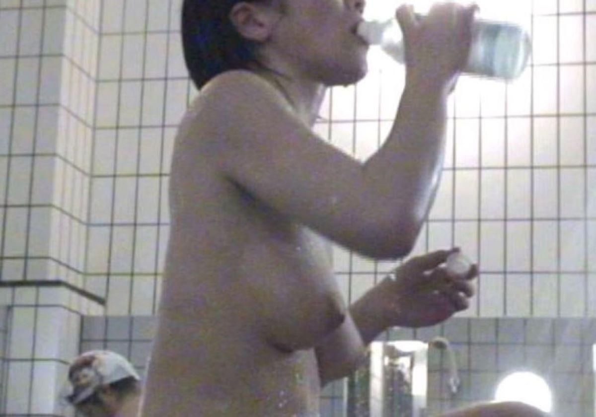ペットボトルで水と飲んでる所を盗撮!