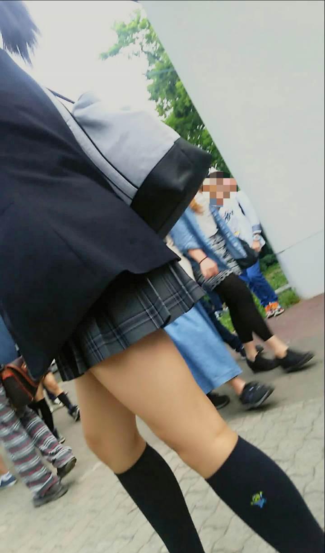 女子校生の細見の美脚をアップで撮影!