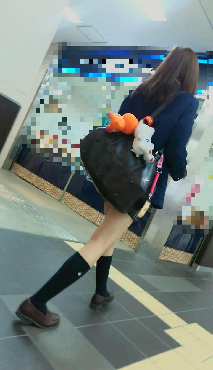 可愛いぬいぐるみを鞄に付けてる美脚JK!