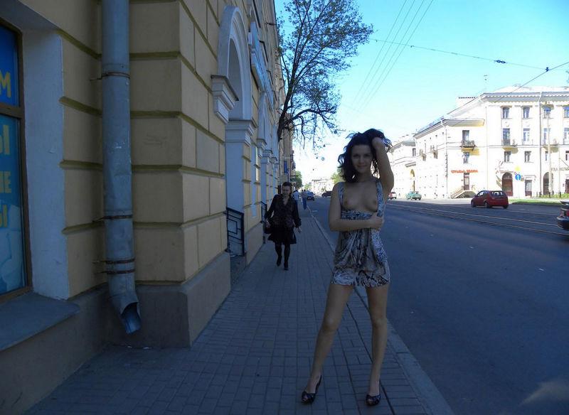 街中で美乳を曝け出す海外美女!
