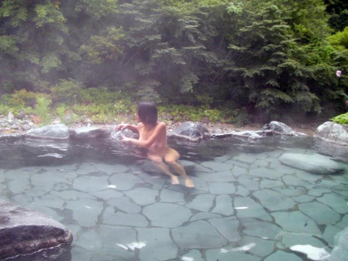 色気ある美女の温泉入浴を覗いて見た!