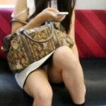 【素人パンチラ盗撮エロ画像】電車でスカートを穿いた女性の下着が偶然見えて隠し撮り実行した!