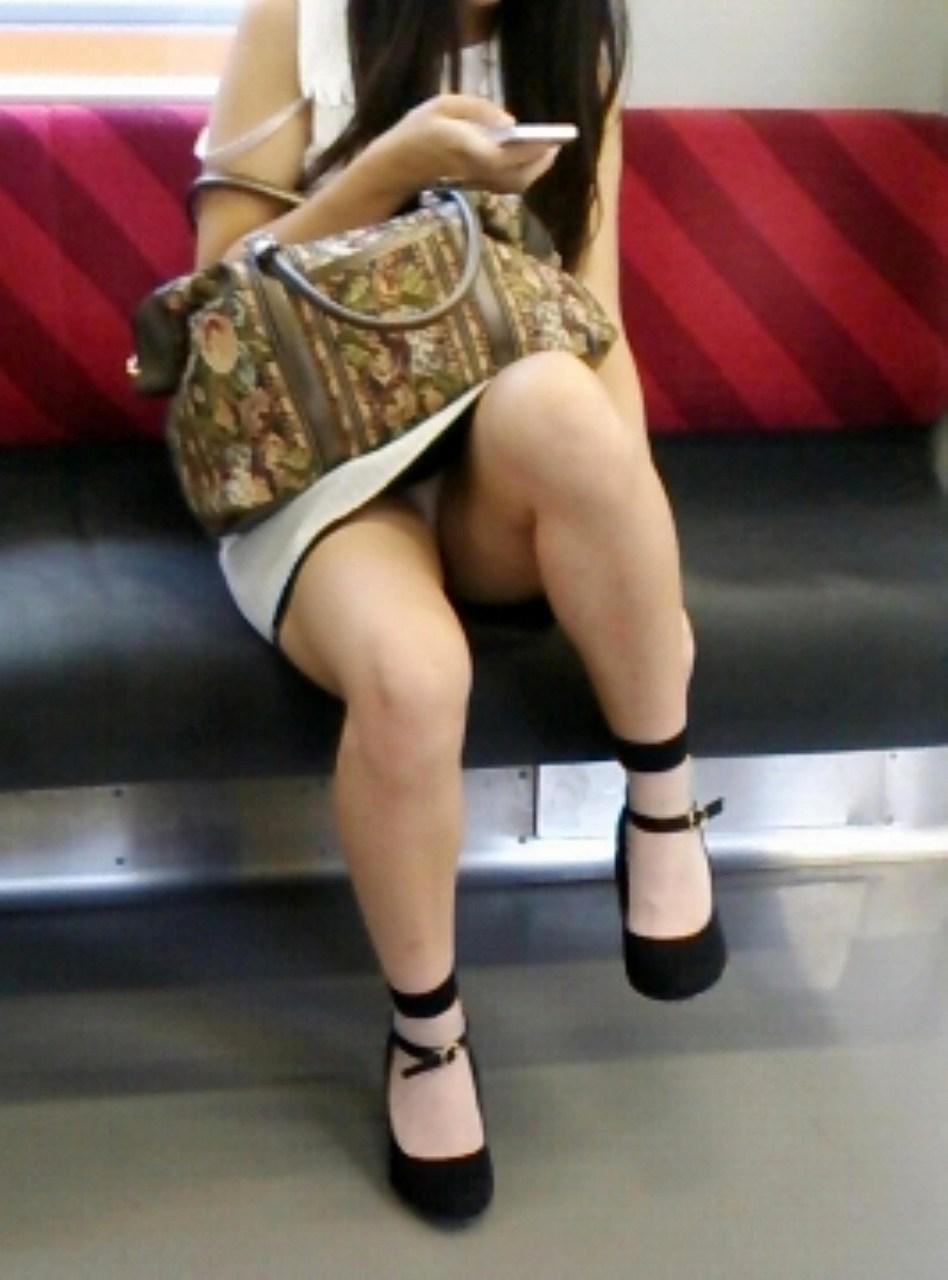 片足を上げてパンチラしてる女性!