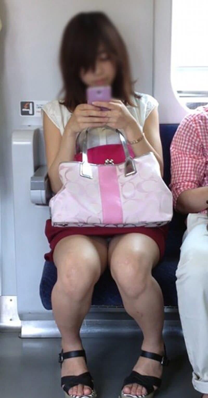 対面座席からパンツが拝めるのは良い!