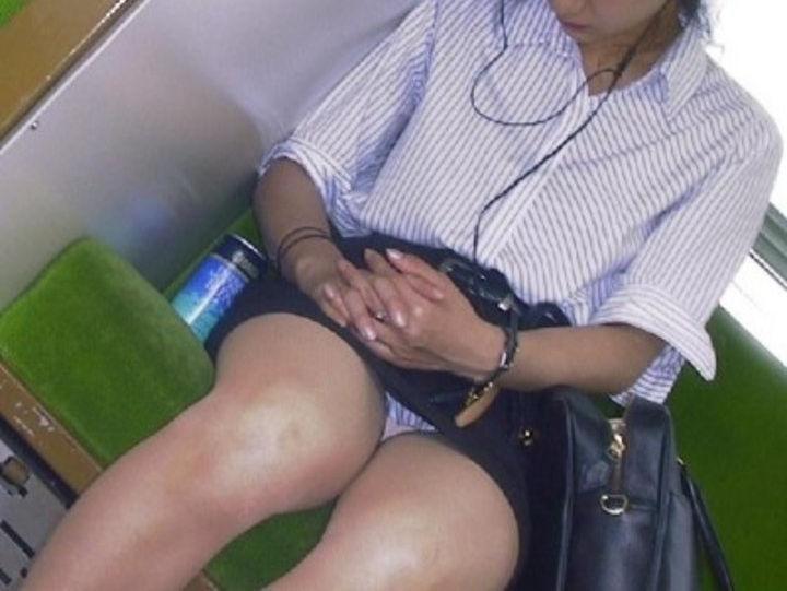 居眠り中の女性のパンチラを隠し撮り!