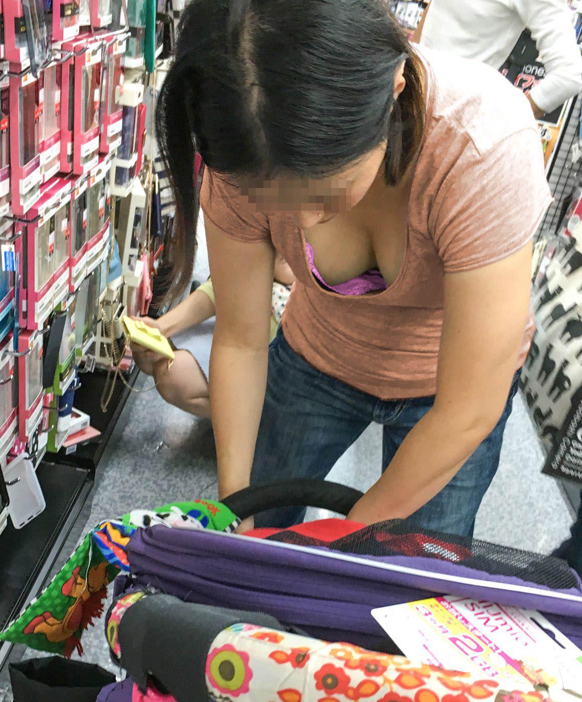 買い物してる人妻の胸チラを盗撮!