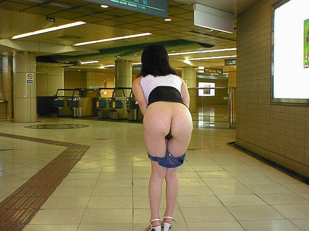駅ホームでお尻露出してるのがエロい!