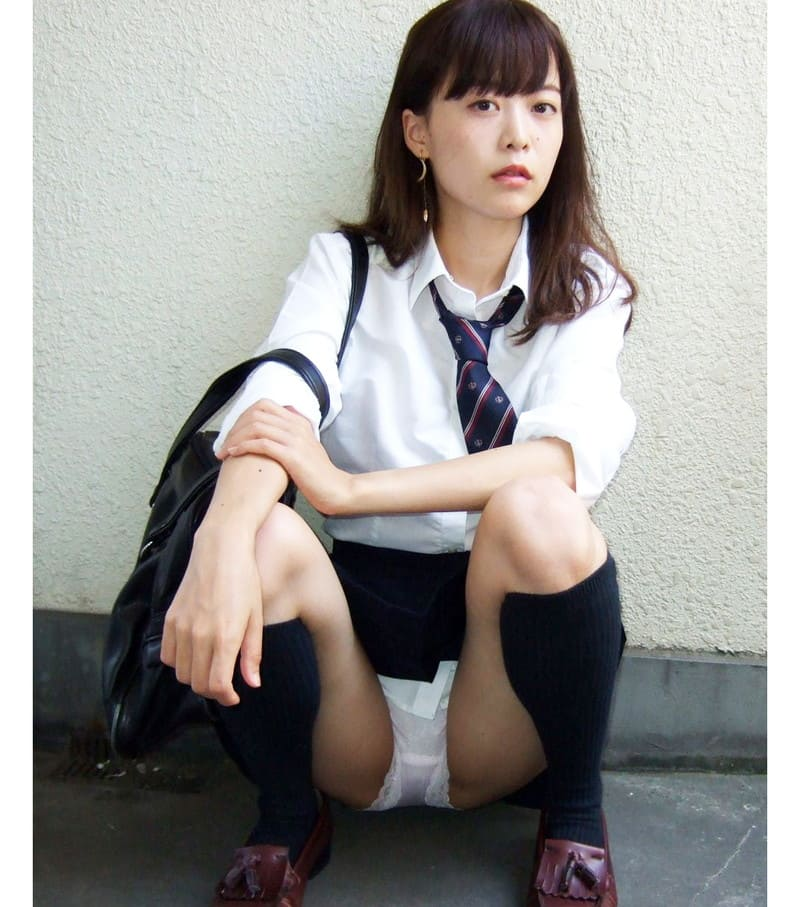美人女子校生のパンツが丸見え状態!