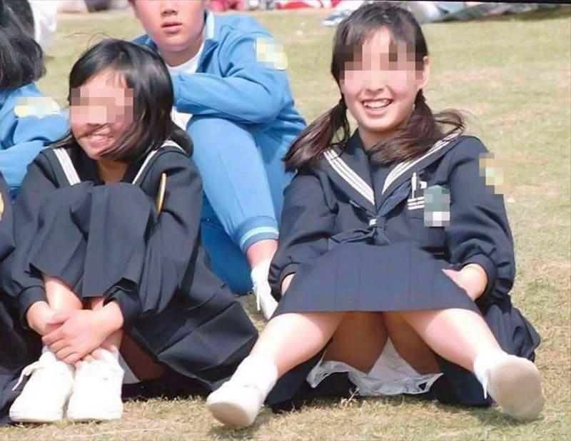 芝生の上に座ってパンチラする美少女JK!
