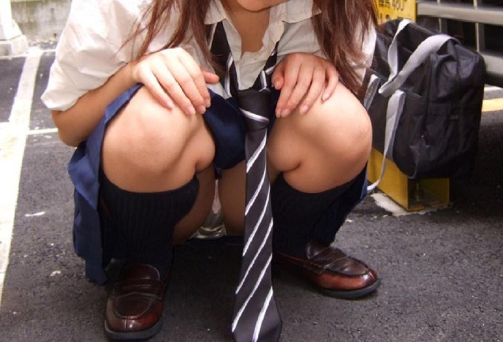 しゃがんでる女子校生の下着を盗撮!