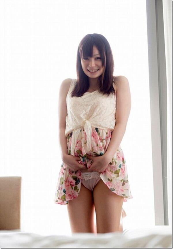 笑顔で履いてるパンツを見せる女性!