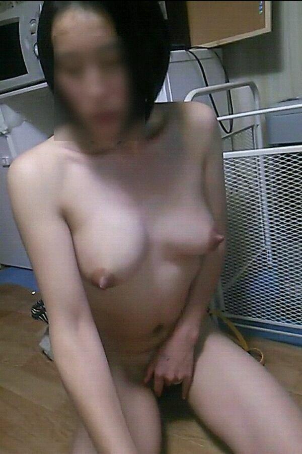 自撮りしてる熟女の乳首が立ってる!