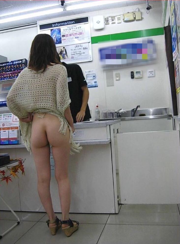 コンビニ店内で美尻を晒している!