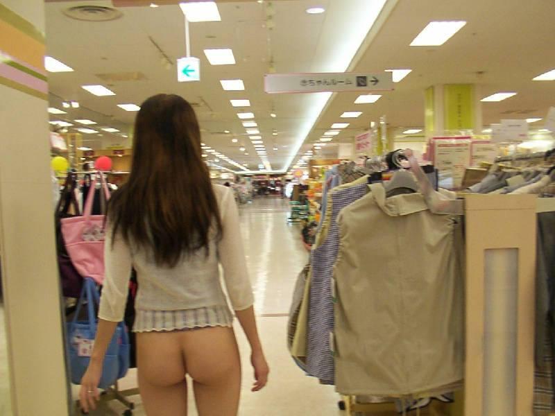 デパート店内でお尻を出してる変態女!