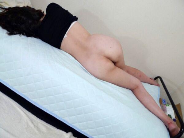 セクシーなお尻を丸出しで寝てる!
