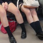 【JK電車盗撮エロ画像】堂々と生足を晒してる激カワ女子校生…異様なほどムラムラした!