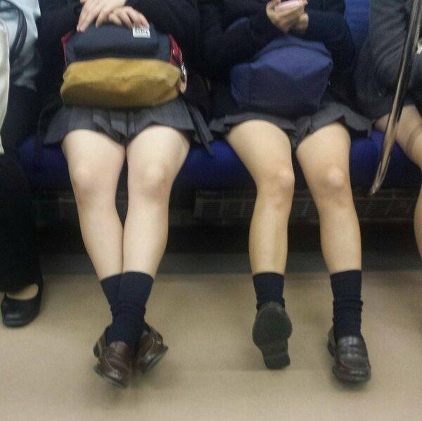 美白女子校生たちの生足を眺める!