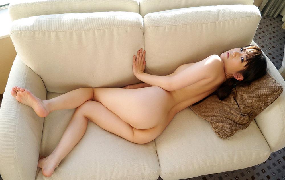 ソファーで美尻を見せてくれる女性!