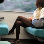 【電車盗撮エロ画像】黒パンスト履いた素人美女を隠し撮り…少し透ける美脚に目が行く!