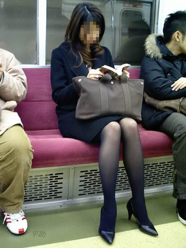 黒パンストお姉さんさんが本を読んでいる!