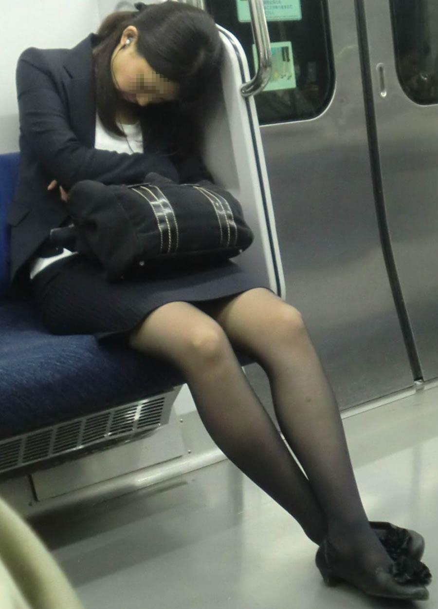 居眠りしてる黒パンストOLさんを隠し撮り!