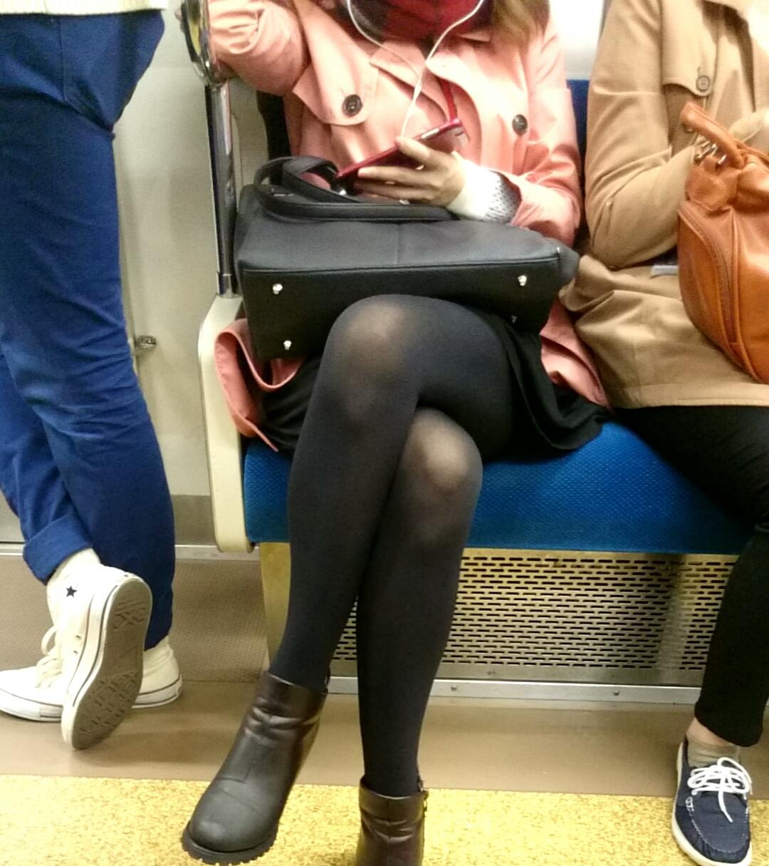 黒パンストのスリムな足がセクシーすぎる!