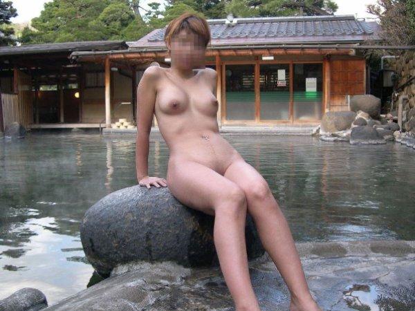 石に座って写真を撮られてる全裸美女!