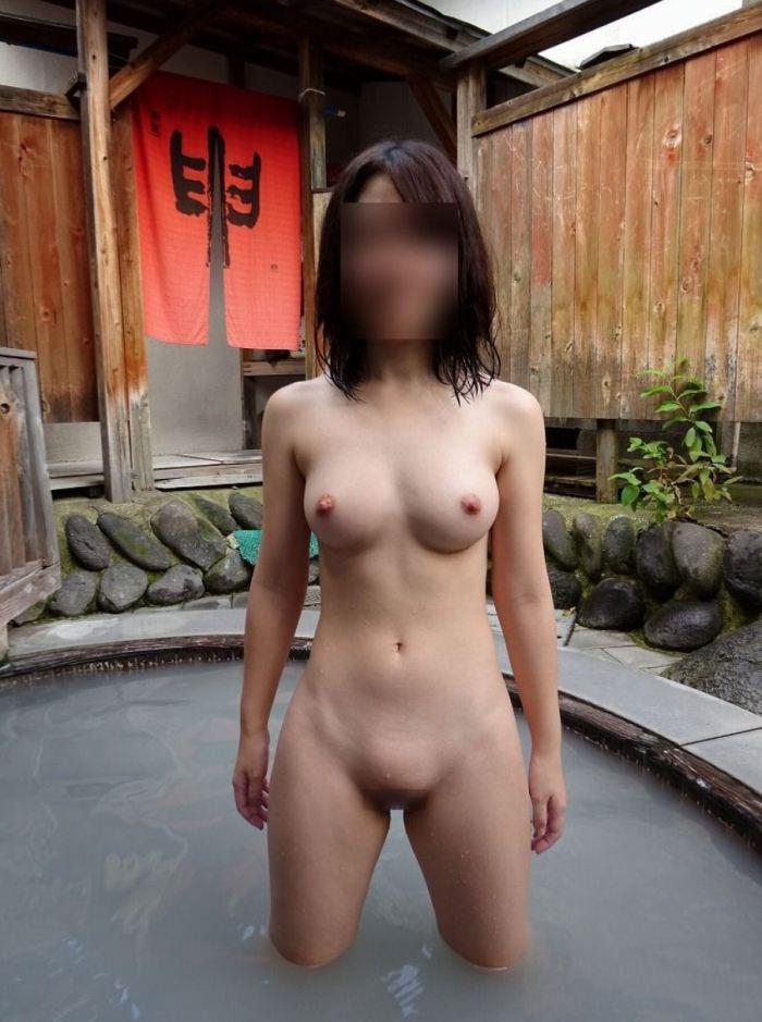 スタイル良い女性が全裸で写真を撮る!