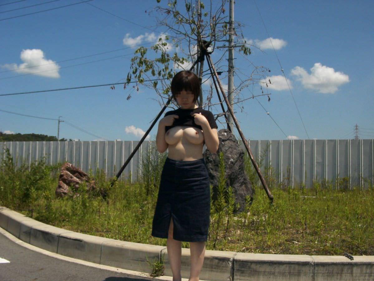 路上でオッパイを出す変態女性!