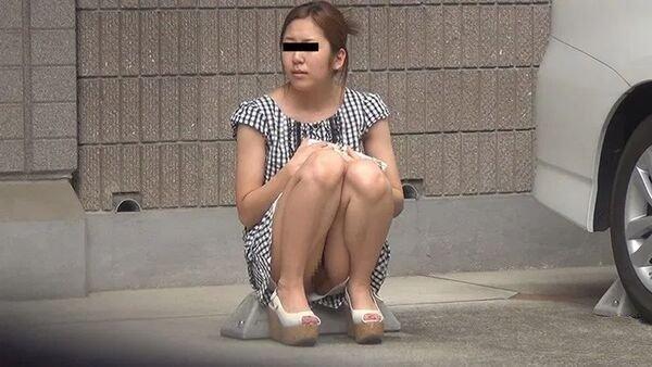 駐車場で下着履いてない女性を発見!