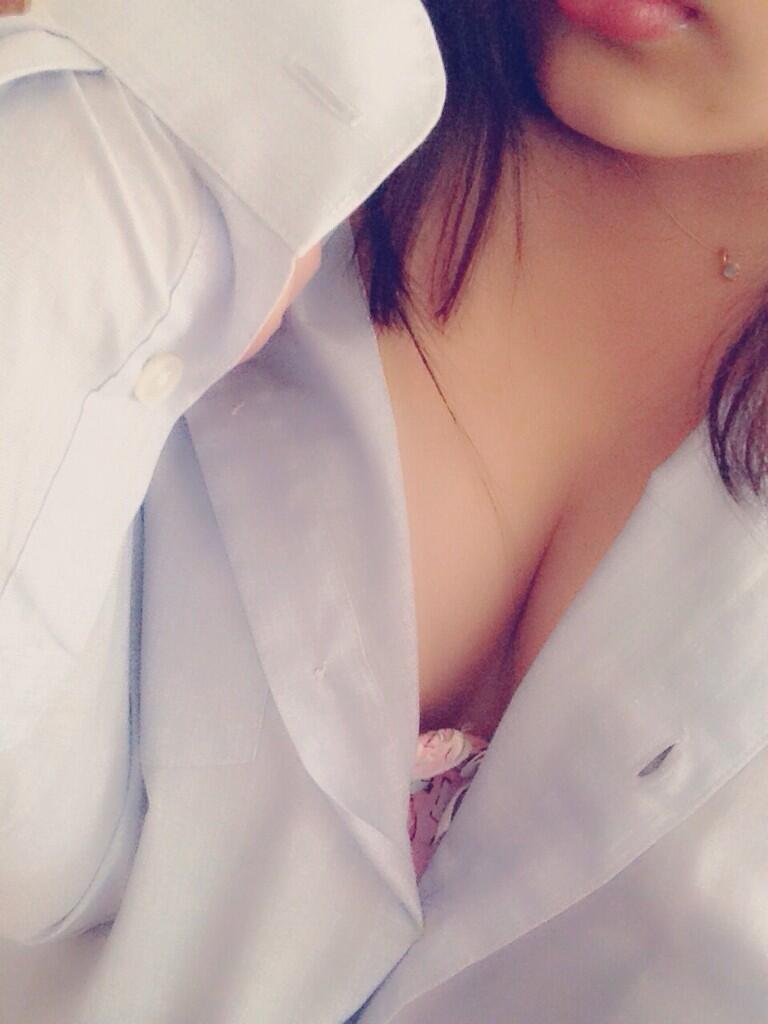 胸元がセクシーなJKの自撮り!