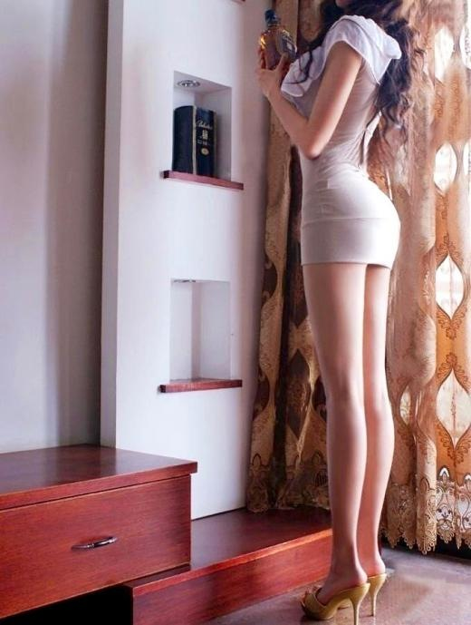 細長い美脚に惚れ惚れするね!
