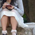 【パンチラ盗撮エロ画像】座ってる素人女性の下着をガッツリ覗かせて頂きました!