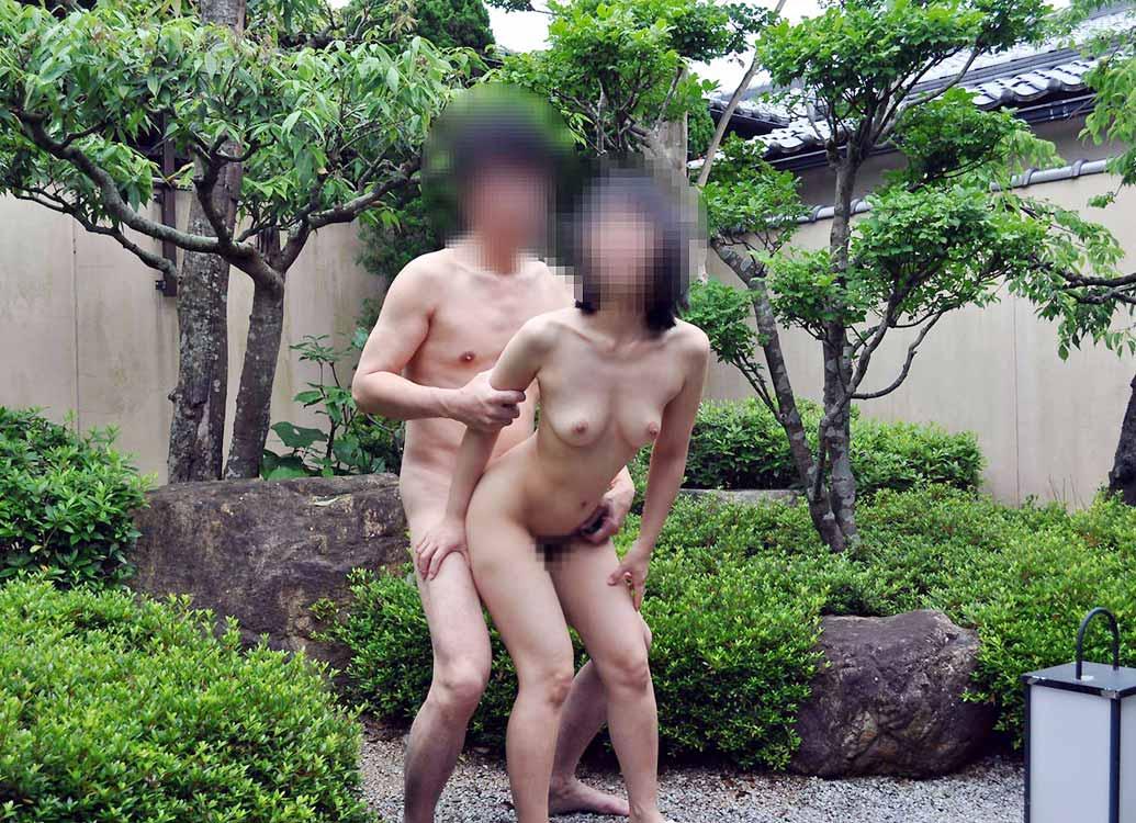 家の庭で全裸になって野外セックス!