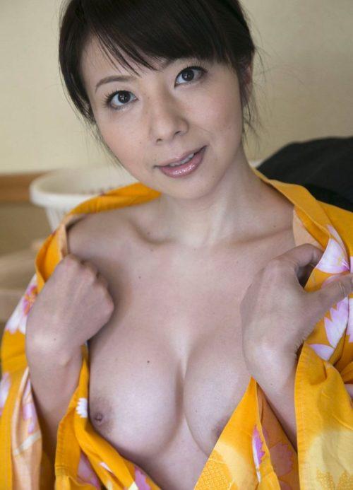 美熟女が浴衣をはだけさせて乳見せ!
