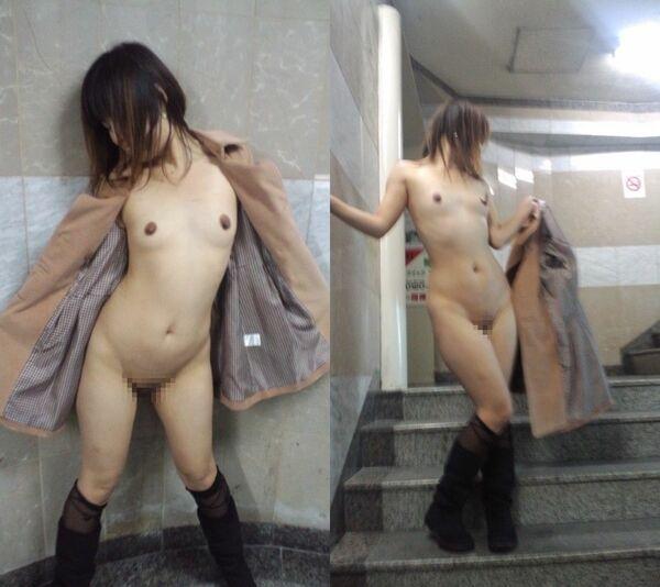 スレンダー女性のコートの下は裸!