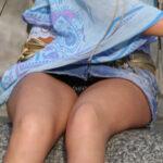 【パンチラ盗撮エロ画像】デニムスカート穿いてる女性限定…股間がガラ空きだったのでパンツを覗く!