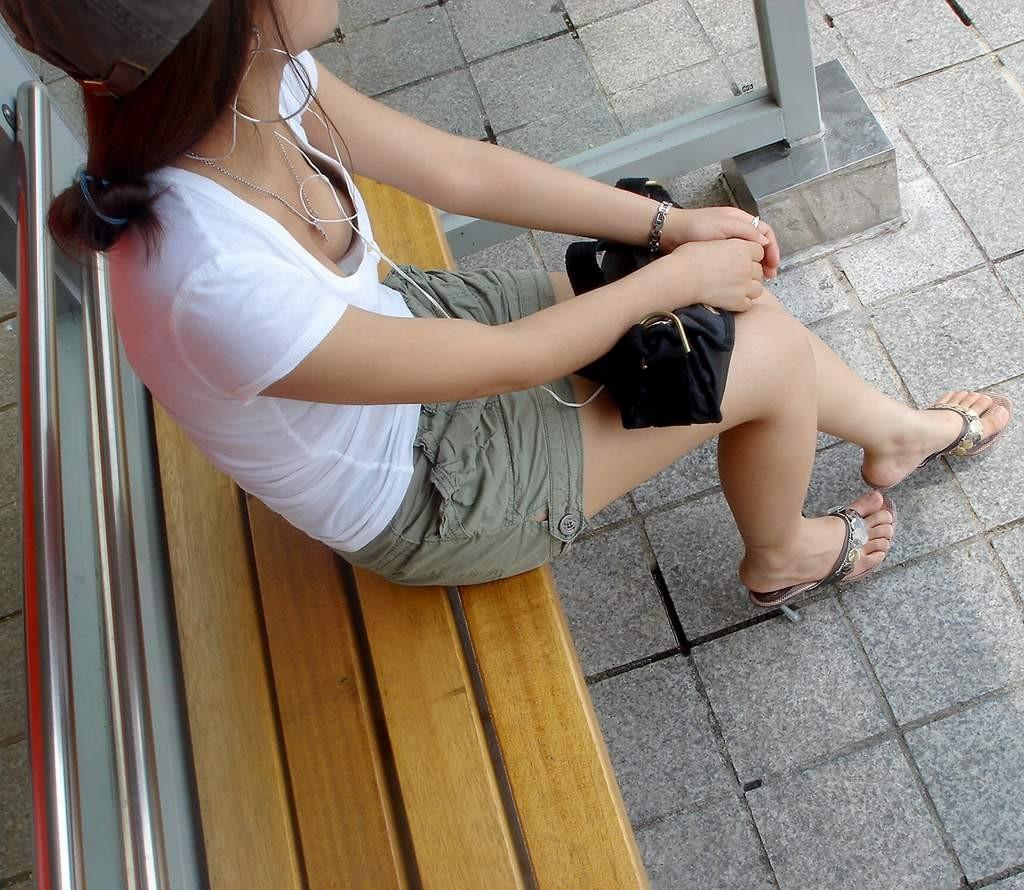 ベンチに座る素人の胸チラ盗撮!